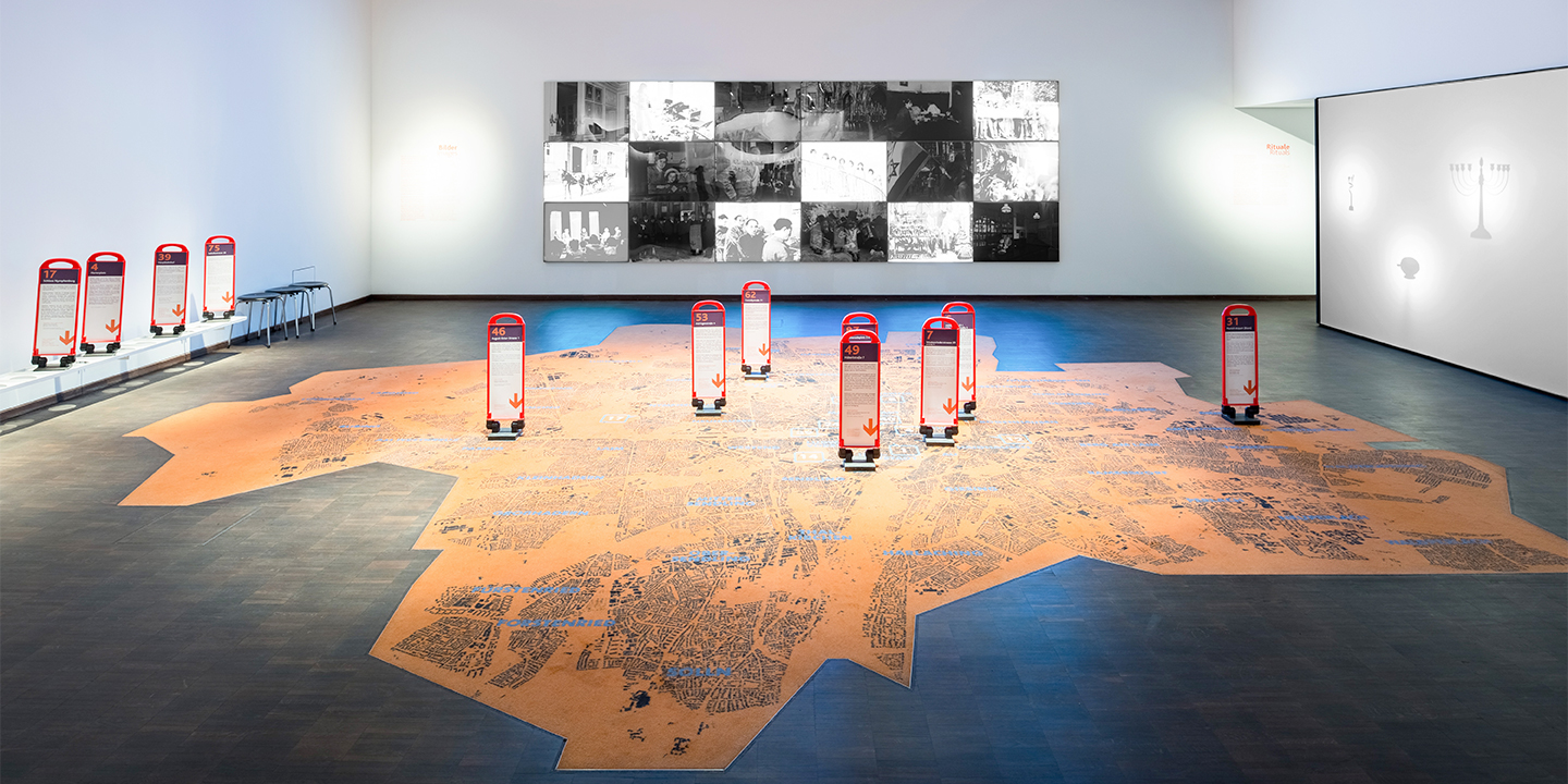 Installation PLACES at the permanent exhibition © Daniel Schwarcz